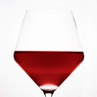 Un bicchiere di vino rosso close-up su una luce.