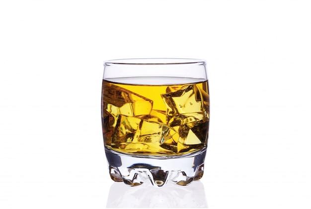 Un bicchiere di whisky con cubetti di ghiaccio su un isolato di sfondo bianco.