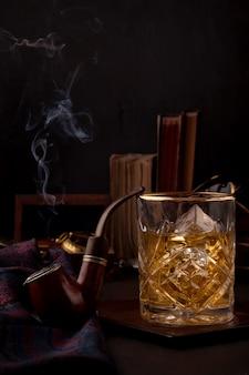 Un bicchiere di whisky e pipa da fumo