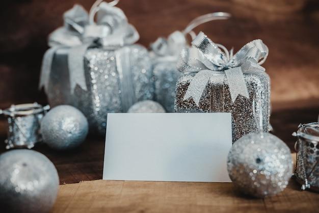 Un biglietto da visita vuoto e scatole regalo color argento