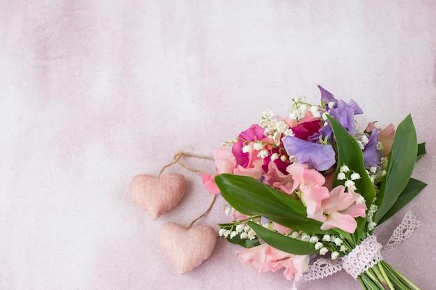 Un bouquet di piselli dolci e mughetti