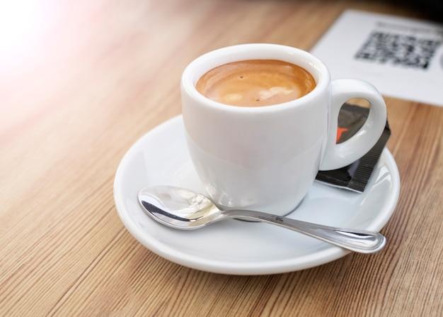 Un caffè e un codice nella caffetteria