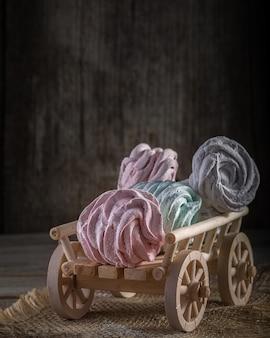 Un carrello di legno con marshmallow dolce fatto in casa.
