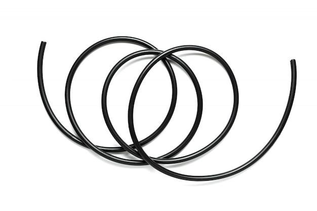 Un cavo nero isolato su uno sfondo bianco