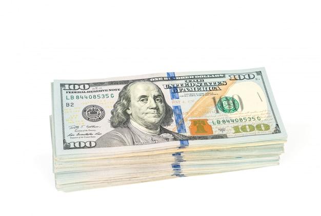 Un centinaio di banconote in dollari su sfondo bianco