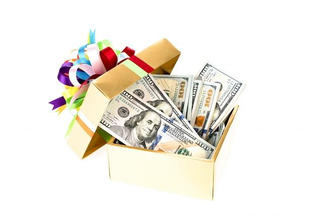 Un centinaio di dollari di banconote in confezione regalo decorata.