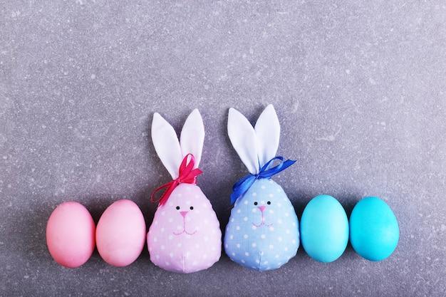 Un certo numero di uova dipinte, tra cui due coniglietti pasquali fatti a mano