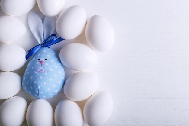 Un certo numero di uova, incluso il coniglietto pasquale fatto a mano.