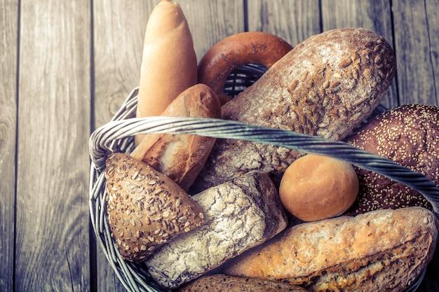 Un cestino di una varietà di pane fresco