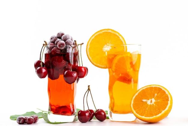 Un cocktail di frutta di vista frontale con le ciliege fresche e il ghiaccio arancione di slicec che si raffredda su bianco, colore della frutta del cocktail del succo della bevanda