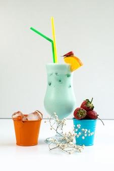 Un cocktail fresco di vista frontale con le paglie variopinte che si raffreddano insieme alla frutta fresca dentro le immersioni su bianco