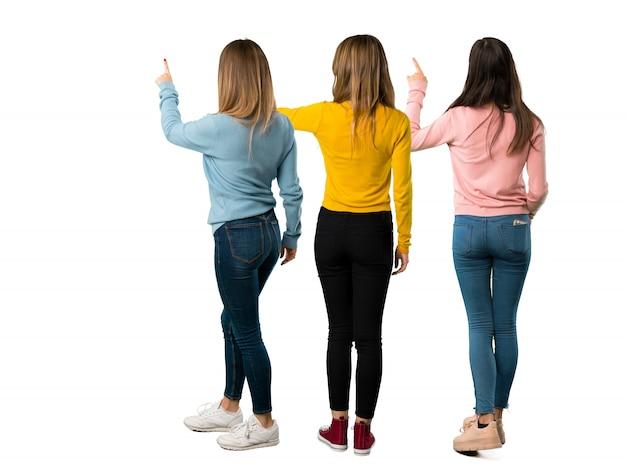 Un colpo a figura intera di un gruppo di persone con vestiti colorati che punta indietro
