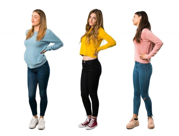 Un colpo a figura intera di un gruppo di persone con vestiti colorati che soffrono di mal di schiena