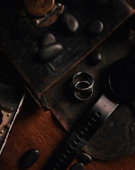 Un colpo del primo piano di due anelli d'argento su una superficie di cuoio