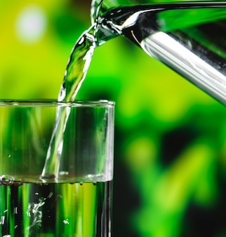 Un colpo di macro del bicchiere d'acqua