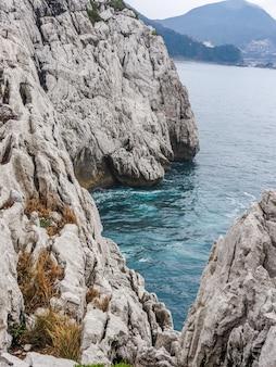 Un colpo verticale delle scogliere di sandanbeki circondate dal mare in giappone