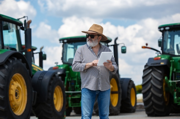 Un contadino con trattori