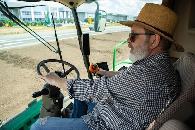 Un contadino con un trattore