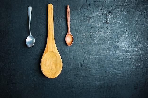 Un cucchiaio di legno su uno sfondo nero