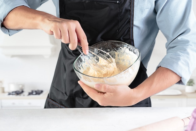 Un cuoco con le uova in una cucina rustica