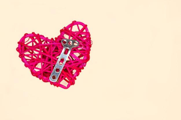 Un cuore e un piatto ortopedico in acciaio