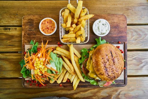 Un delizioso cheeseburger sul tavolo