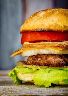 Un delizioso hamburger con formaggio, lattuga
