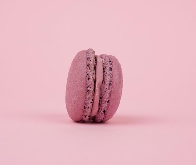 Un dessert viola rotondo di farina di mandorle con crema di macaron