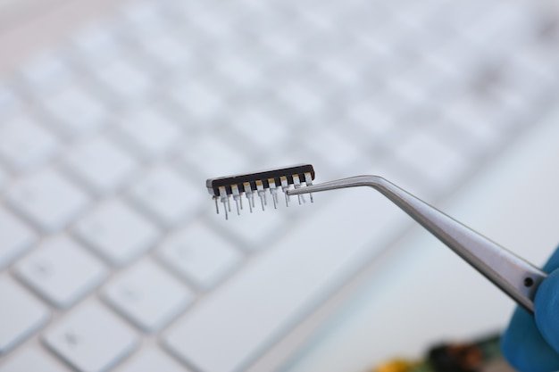Un dipendente del servizio di riparazione computer