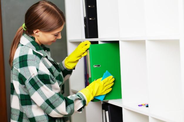 Un dipendente di un'impresa di pulizie esegue gli ordini per la pulizia degli uffici