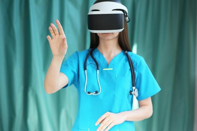 Un dottore in un casco di realtà virtuale