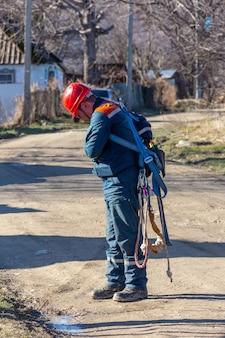 Un elettricista maschio controlla l'attrezzatura per il sollevamento ad un'altezza