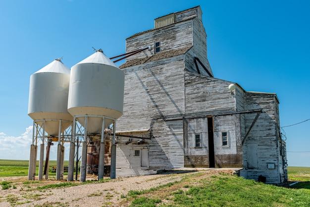Un elevatore di grano abbandonato sotto cielo blu in cabri, saskatchewan, canada