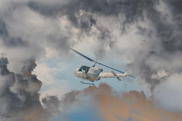 Un elicottero di salvataggio corre contro un maltempo in arrivo, elicottero d'attacco moderno con armi