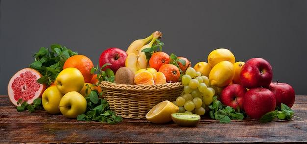 Un enorme gruppo di frutta e verdura fresca