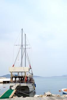 Un enorme traghetto in viaggio sul mar egeo, ormeggiato alla riva, turgutreis turchia
