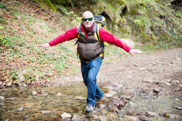 Un escursionista che cammina in un torrente