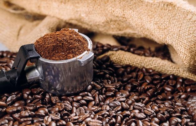 Un espresso pieno di vista dall'alto del portafiltro con chicchi di caffè
