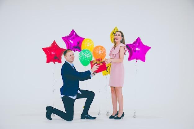 Un felice giovane uomo e donna in felice anno nuovo.