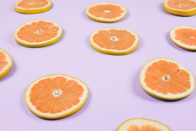 Un fette d'arancia su sfondo viola