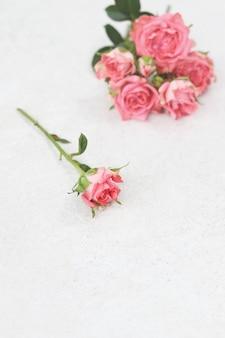 Un fiore e bouquet di rose rosa
