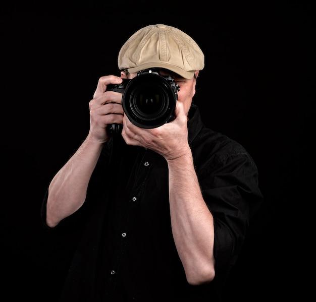 Un fotografo con una bella macchina fotografica.