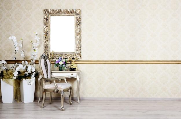 Un frammento di un interno retrò con una sedia e un tavolo