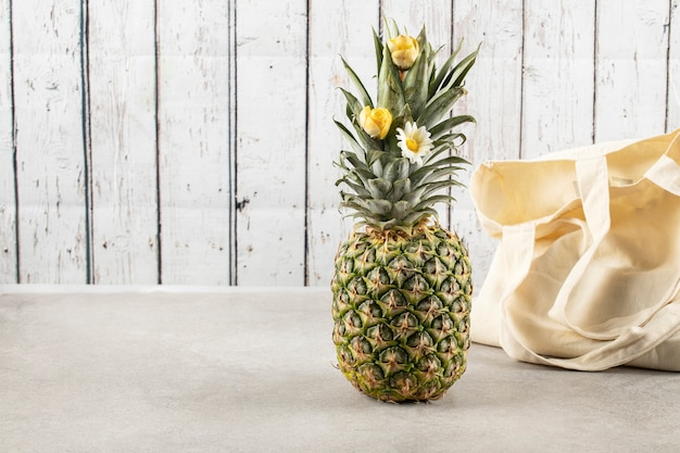Un frutto di ananas sul tavolo