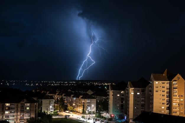 Un fulmine sulla città. temporale e fulmini sulla città.