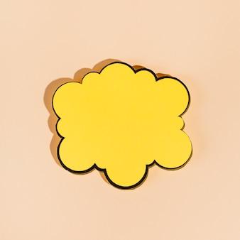 Un fumetto giallo vuoto su sfondo beige