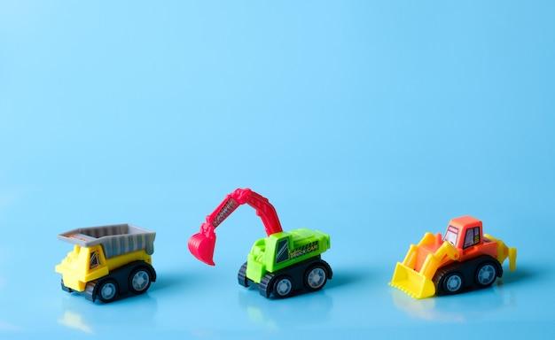 Un giocattolo auto camion in uno sfondo blu