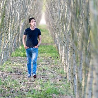 Un giovane cammina attraverso i boschi