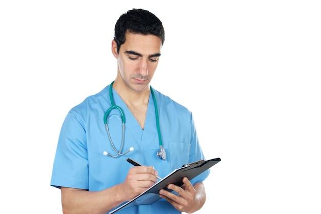 Un giovane medico su sfondo bianco