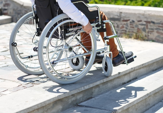 Infermiera con il giovane in sedia a rotelle   Foto Gratis